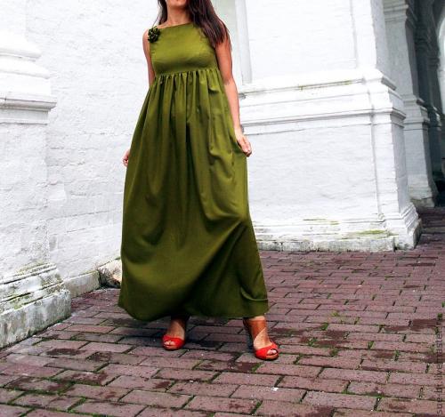 Девушка в оливковом платье в пол