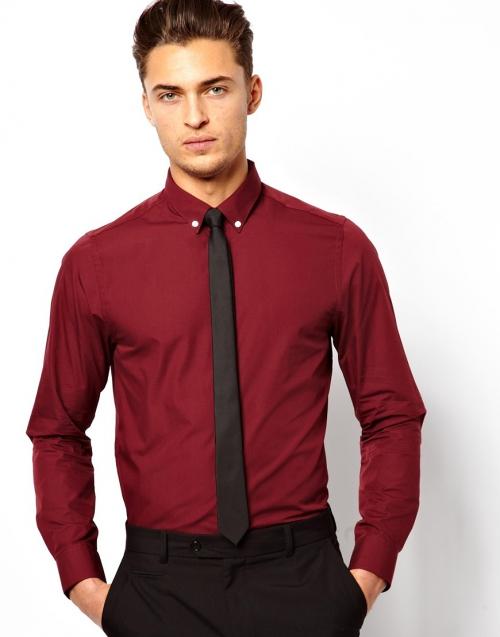 Темно-бордовая рубашка с черными брюками