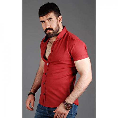 Красная рубашка с белыми брюками