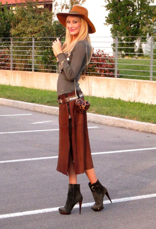 Девушка в юбке и ботильонах