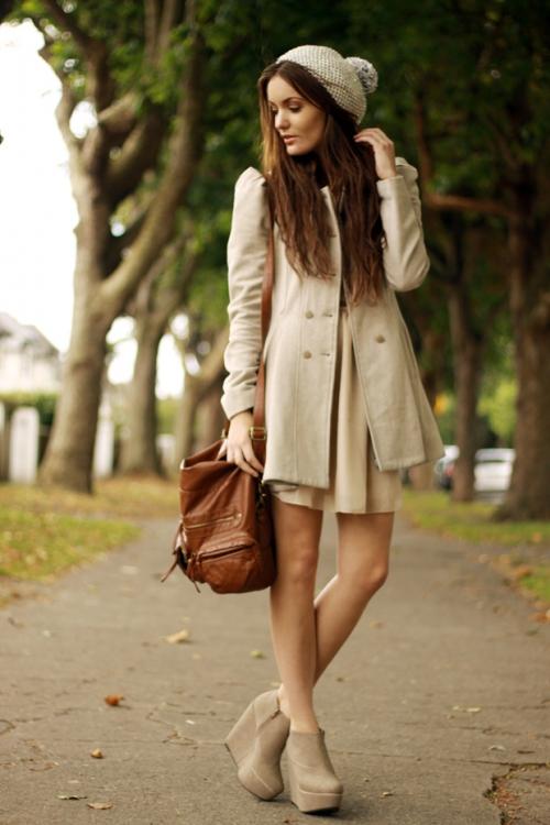 Девушка в платье и ботильонах