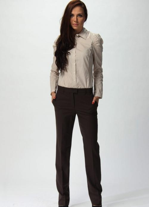 Темные классические брюки на девушке