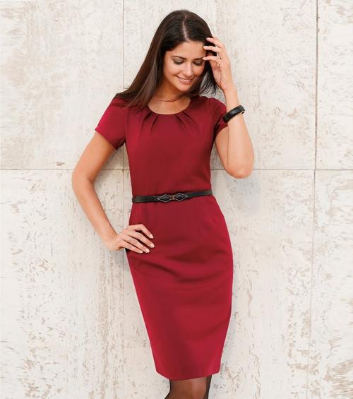 Красное платье-футляр на девушке