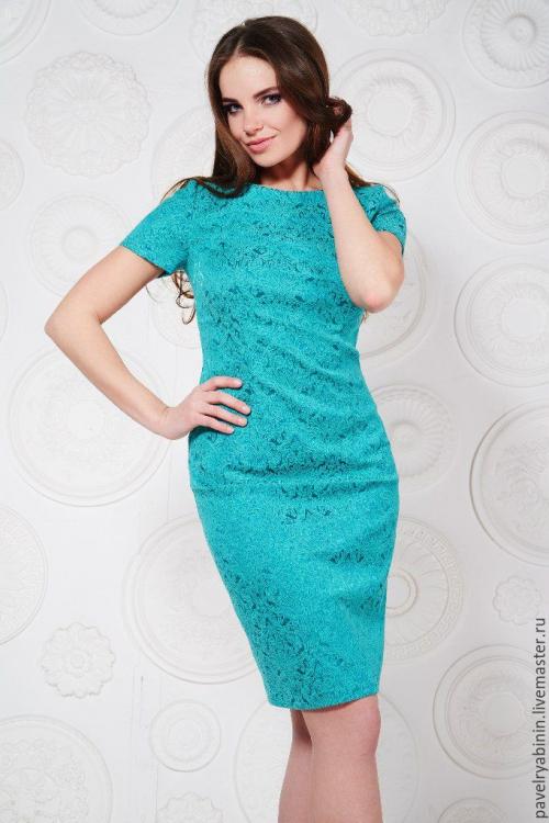 Платье-футляр голубого цвета